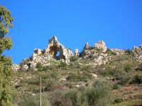 A Pirciata: una formazione rocciosa particolare situata ai piedi di Assoro.  - Assoro (8709 clic)