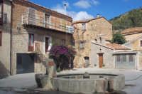 Piazza della borgata Botindari. Bevaio e chiesa dedicata a San Mauro  - San mauro castelverde (4096 clic)