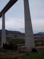 IL PARADOSSO DELL'APPARENZA: il piccolo ponte testimonia la grandezza della civiltà romana, il grande ponte è l'espressione di una società malata...   - San mauro castelverde (1032 clic)