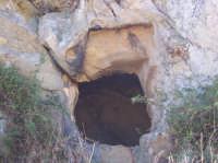 La grotta del saraceno. Si narra che, le grotte, sei in tutto, furono scavate dai saraceni di Abd Arrahaman Ben Habib. Esse venivano usate come accampamento durante le numerose e lunghe battaglie  contro il Conte di San Mauro che abitava nel castello.  - San mauro castelverde (8946 clic)