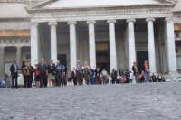 Gruppo di anziani di San Mauro in visita a Napoli-Piazza Plebiscito. Viaggio organizzato dal comune dal 10 al 17 ottobre 2007.  - San mauro castelverde (994 clic)