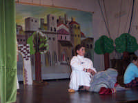Scena tratta da La leggenda del IV Re Magio a cura dell'Associazione ACR di San Mauro Castelverde. Per la rappresentazione sono stati coinvolti più di settanta bambini - 30 dicembre 2006 Teatro Comunale di San Mauro Castelverde.  - San mauro castelverde (1567 clic)