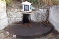 Cappella votiva della Madonna dell'Olio. Nel sito affiora una sostanza oliosa.  - Blufi (10160 clic)