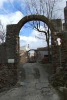 I due archi che delimitano piano San Giorgio  - San mauro castelverde (1110 clic)