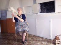 l'arte del filare la lana Maria Daino, a 97 anni, fila la lana  - San mauro castelverde (3620 clic)
