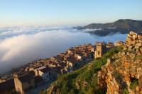 Parte alta del paese con nebbia. Maggio 07..  - San mauro castelverde (1096 clic)