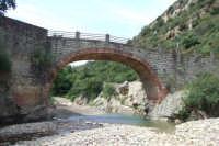 Ponte Guglie morte sul fiume Pollina. Il ponte, che si trova nella zona di Tiberio, collega attraverso una trazzera il terrirorio di San Mauro con  Castelbuono.  - San mauro castelverde (2946 clic)