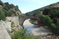 Ponte Guglie morte sul fiume Pollina. Il ponte, che si trova nella zona di Tiberio, collega attraverso una trazzera il terrirorio di San Mauro con  Castelbuono.  - San mauro castelverde (4143 clic)