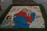 Infiorata 2007.....quadro della Madonna del Rosario , le autrici sono Lisa Rosaria e Lisa Pasqualina con l'aiuto di alcune ragazze del posto.  - San pier niceto (6469 clic)