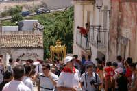 10 AGOSTO 2006 LA VARA  DI  SAN SEBASTIANO INZIA A PERCORRERE LA SALITA DI VIA FIUME GRANDE FAMOSA X LA CATENA UMANA CHE SI CREA X AIUTARE I PORTATORI A SALIRE LA VARA FINO IN CIMA LA SALITA  STRETTA E RIPIDA   - Palazzolo acreide (1371 clic)