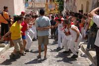 10 AGOSTO 2006 LA VARA  DI  SAN SEBASTIANO INZIA A PERCORRERE LA SALITA DI VIA FIUME GRANDE FAMOSA X LA CATENA UMANA CHE SI CREA X AIUTARE I PORTATORI A SALIRE LA VARA FINO IN CIMA LA SALITA  STRETTA E RIPIDA   - Palazzolo acreide (1523 clic)