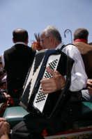 MUSICISTI  CHE SUONANO DURANTE LA  PARATA  DEI CARRETTI SICILIANI IN ONORE DEI SANTI MARTIRI  10 MAGGIO  2006  - Trecastagni (2351 clic)