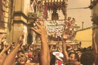 10 AGOSTO 2006 LA VARA DI SAN SEBASTIANO ARRIVA IN CIMA LA SALITA TRA LA GIOIA E L'ESULTANZA DEI DEVOTI DI VIA FIUME GRANDE FAMOSA X LA CATENA UMANA CHE SI CREA X AIUTARE I PORTATORI A SALIRE LA VARA FINO IN CIMA LA SALITA  STRETTA E RIPIDA   - Palazzolo acreide (1979 clic)