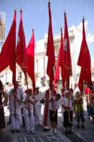 10 AGOSTO 2006 I BAMBINI  CHE PORTANO I PESANTI STENDARDI DEL MARTIRE SAN SEBASTIANO  - Palazzolo acreide (3467 clic)