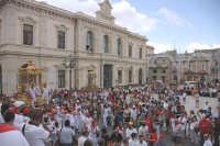 10 AGOSTO 2006 LE VARE DI SAN SEBASTIANO ARRIVANO DINANZI LA CHIESA PRIMA DI FAR RIENTRO  - Palazzolo acreide (2532 clic)