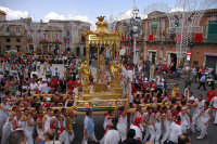 10 AGOSTO 2006 LA VARA DI SAN SEBASTIANO ARRIVA DINANZI LA CHIESA PRIMA DI FAR RIENTRO  - Palazzolo acreide (2990 clic)