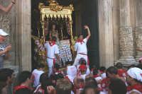 10 AGOSTO 2006 LA PESANTE VARA  DI SAN SEBASTIANO RIENTRA  IN CHIESA  - Palazzolo acreide (2700 clic)
