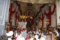 10 AGOSTO 2006 LA PESANTE VARA  DI SAN SEBASTIANO RIENTRA  IN CHIESA TRA APPLAUSI E GRIDA DI COMMOZIONE  - Palazzolo acreide (3782 clic)