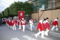 Devoti della Confraternita di Avola che fa ingresso nella chiesa x rendere omaggio  è devozione a San Sebastiano 30 aprile 2006  - Canicattini bagni (4057 clic)