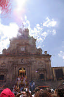 10 AGOSTO 2006 SPETTACOLARE USCITA DEL SIMULACRO DI SAN SEBASTIANO SOTTO IL LANCIO MULTICOLORE DEI TRADIZIONALI NZAREDDI.  - Palazzolo acreide (1552 clic)