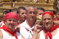 10 AGOSTO 2006 DEVOTI CHE PORTANO SULLE SPALLE LA  PESANTISSIMA VARA DI SAN SEBASTIANO  - Palazzolo acreide (1446 clic)