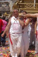 10 AGOSTO 2006 DEVOTI CHE PORTANO SULLE SPALLE LA  PESANTISSIMA VARA DI SAN SEBASTIANO  - Palazzolo acreide (1459 clic)