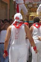 10 AGOSTO 2006 UN DEVOTO  IN UN MOMENTO DI RIPOSO  - Palazzolo acreide (1655 clic)