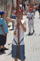 10 AGOSTO 2006 UN BAMBINO PORTA UNO STENDARDO IN PROCESSIONE, DI  SAN SEBASTIANO  TRA LE VIE DELLA CITTA'  - Palazzolo acreide (1740 clic)