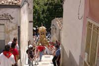 10 AGOSTO 2006 LA VARA CON LA RELIQUIA DI  SAN SEBASTIANO INZIA A PERCORRERE LA SALITA DI VIA FIUME GRANDE FAMOSA X LA CATENA UMANA CHE SI CREA X AIUTARE I PORTATORI A SALIRE LA VARA FINO IN CIMA LA SALITA  STRETTA E RIPIDA   - Palazzolo acreide (1517 clic)