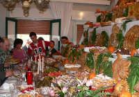 Festa di S.Giuseppe.L'usanza in questo paese come in tanti della Sicilia ,vuole che ,chi fa un determinato voto,il giorno 19 Marzo,prepara un tavolo a scalini pieno di mangiare, per offrirlo ai poveri,chiamati,qui santi, e a chiunque si rechi sul posto,per vedere questa tradizione molto antica e piena di folkrore.Ad ogni scalino corrisponde una promessa fatta ad un santo.  - Valguarnera caropepe (14773 clic)