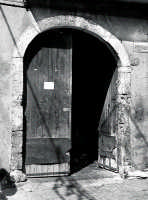 In giro per le strade il giorno di S.Giuseppe.Vecchio portone  - Valguarnera caropepe (6297 clic)