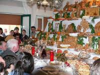 Festa di S.Giuseppe.Alcuni abitanti fanno voto al Santo, imbandendo coreografiche tavolate in favore dei poveri e di quant'altri vanno a visitare queste case  - Valguarnera caropepe (7911 clic)