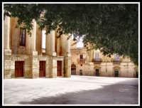 Guardando il Palazzo Comunale di Noto  - Noto (3023 clic)