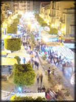 Folla di persone tra i mercatini in corso Serrovira(festività di Maggio in onore del patrono).  - Licata (7920 clic)