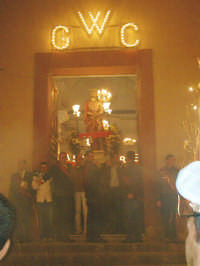 Giovedì Santo-Uscita dell'Ecce Homo e San Giovanni(dietro).  - Riesi (6420 clic)