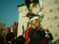 Venerdì Santo-Pomeriggio-Lu Signuri viene spogliato per essere messo sulla croce.  - Riesi (6303 clic)