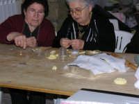 festa di San Giuseppe, donne nella preparazione dei panuzzi di San Giuseppe  - Salemi (4357 clic)