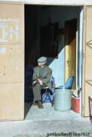 anziano a pasquetta - aprile 2005  - Mondello (3735 clic)
