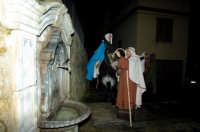 Corteo del presepe vivente 2005: Maria e Giuseppe a una fontana  - Monterosso almo (1950 clic)