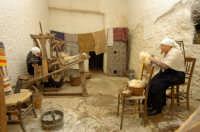 presepe vivente 2005: tessitrice e cardatrice  - Monterosso almo (5181 clic)