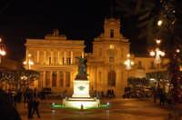 Piazza del popolo a natale di notte  - Vittoria (8721 clic)