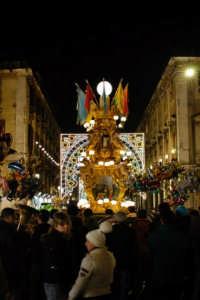 Sant'Agata 2006, una candelora arriva in piazza Duomo  - Catania (1972 clic)
