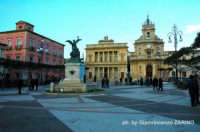 Piazza del Popolo con monumento ai caduti, il teatro comunale e la chiesa della Madonna delle Grazie  - Vittoria (5127 clic)