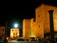 Castello Arabo-Normanno. Le colonne della vecchia Chiesa Madre, nello sfondo le due torri quadrate del castello.  - Salemi (3993 clic)