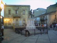 Piazza monumento domenica  - San fratello (7290 clic)