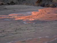 Le salinelle, un singolare fenomeno para-vulcanico abbastanza frequente nelle campagne tra Belpasso e Paternò. Il fango zampilla improvvisamente dal terreno con minuscoli getti. Attenzione, perchè non ci si sporca solo le scarpe, ma si rischia di restare imprigionati come nelle sabbie mobili!  - Belpasso (4098 clic)