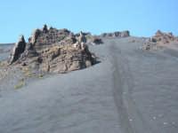 Distese di sabbia vulcanica depositatasi nel 2002 sui pendii che da quota 2.800 m. (alla base cioè dei crateri sommitali)discendono verso la Valle del Bove.  - Etna (2148 clic)