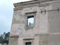 Il campanile del castello-seminario attraverso una finestra sul prospetto della chiesa madre.  - Santa lucia del mela (4275 clic)