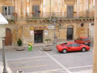 La piazza principale con un antico palazzo, l'immancabile Caffè Roma e una vecchia Ferrari, in una domenica invernale.  - Naro (4383 clic)