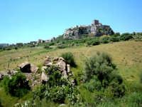 La rocca (cioè il paese sullo sperone lavico, nello sfondo) e il roccazzo (cioè la roccia in primo piano).  - Motta sant'anastasia (4047 clic)